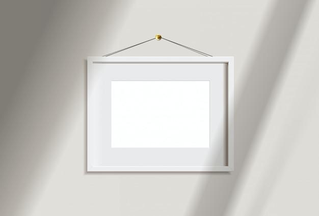Изображение рамки минимального пустого ландшафта белое вися на белой стене с светом и тенью окна. изолировать иллюстрации.