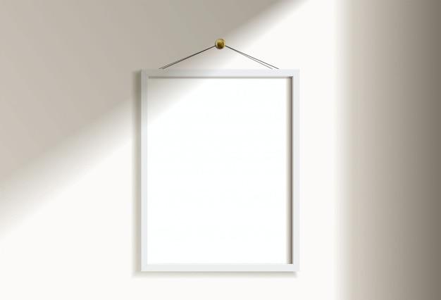 Минимальное пустое вертикальное изображение белой рамки вися на белой стене с светом и тенью окна. изолировать иллюстрации.