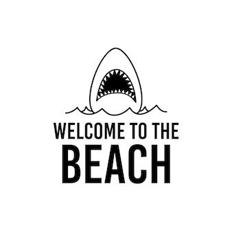 海の水とビーチへようこそのレタリングで口を開けてサメとミニマリストのベクトルtシャツのデザインテンプレート