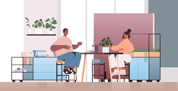 커피 브레이크 coworking 센터 비즈니스 회의 팀워크 개념 동안 논의 혼합 인종 기업인