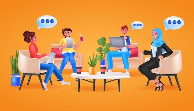 Деловые люди смешанной расы обсуждают во время встречи концепция совместной работы в чате