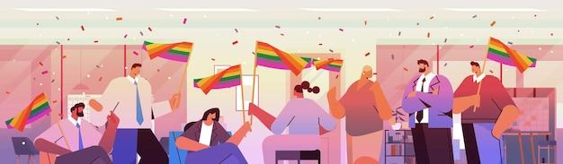 Lgbt 무지개 깃발을 들고 믹스 인종 사업가 게이 레즈비언 사랑 퍼레이드 프라이드 축제 트랜스 젠더 사랑 개념