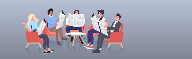 Бизнесмены смешанной расы читают газеты и обсуждают ежедневные новости, общение в сми