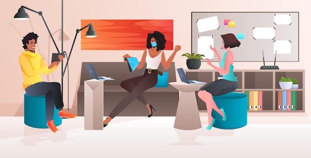 Смешанная гонка команда бизнесменов, работающих в современном офисе, коллективная работа, концепция карантина, коронавируса, горизонтальная полная длина, иллюстрация