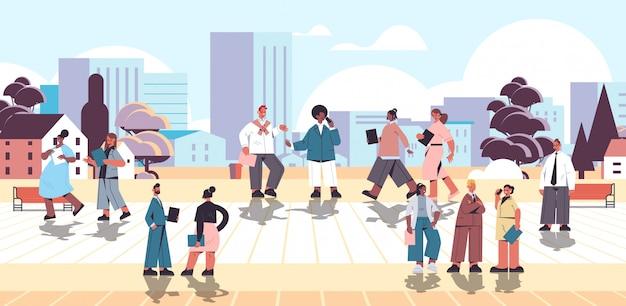 캐주얼 옷을 입고 야외 비즈니스 사람들이 직장인을 산책하는 폴더와 인종 기업인 혼합