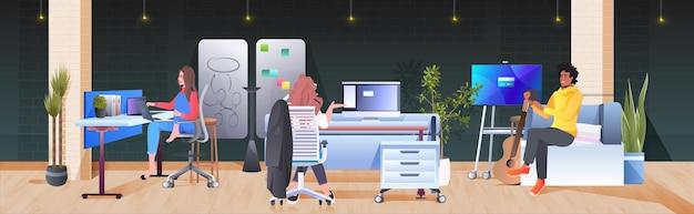 창조적 인 코 워킹 센터 팀워크 개념 현대 사무실 인테리어 가로 전체 길이에서 작업 및 의사 소통 혼합 인종 기업인