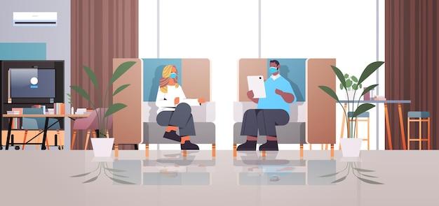 Смешанная гонка бизнесменов, работающих и общающихся в творческой концепции совместной работы в центре коворкинга