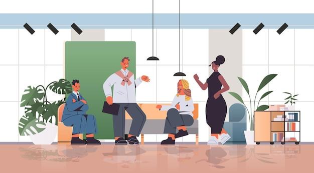 혼합 인종 기업인 작업 및 coworking 센터 비즈니스 회의 팀워크 개념에서 함께 이야기
