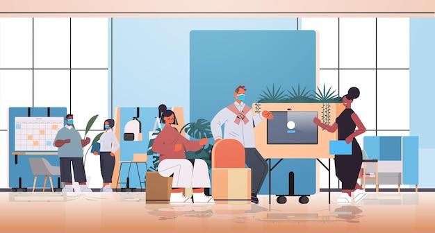 Смешанная гонка бизнесмены работают и разговаривают вместе в коворкинг-центре, деловая встреча, концепция совместной работы