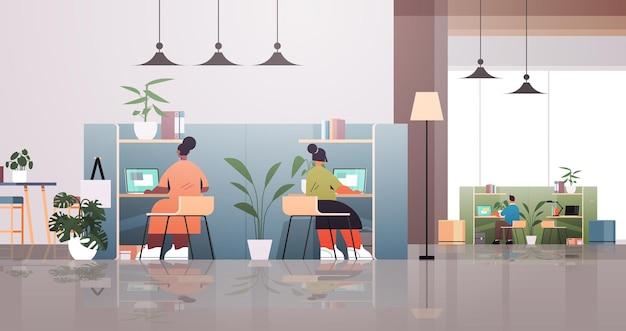 Смешанная гонка бизнесменов, работающих вместе в творческой концепции совместной работы в коворкинг-центре