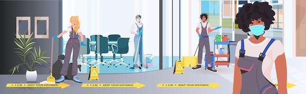 Смешайте гоночные чистящие средства команда чистки и дезинфекции пола