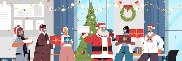 新年とクリスマスの休日を祝うギフトの同僚を保持しているマスクでサンタクロースとレースの同僚をミックスオフィスインテリア横向きの肖像画ベクトル図