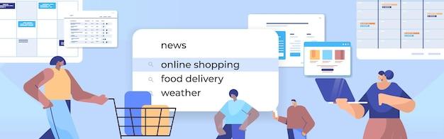 Клиенты смешанной расы, выбирающие онлайн-покупки в строке поиска на портрете виртуального экрана Premium векторы