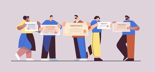 証明書を保持している混血卒業ビジネスマンアカデミック卒業証書の学位を祝う幸せな卒業生企業内教育の概念水平全長