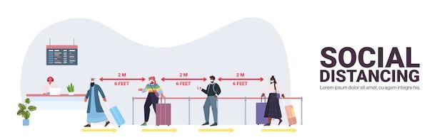 コロナウイルスの社会的距離の概念を防ぐために距離を保ちながらチェックインカウンターに立っている保護マスクにレースの乗客を混ぜる空港ターミナル内部水平コピースペースベクトルillustrati