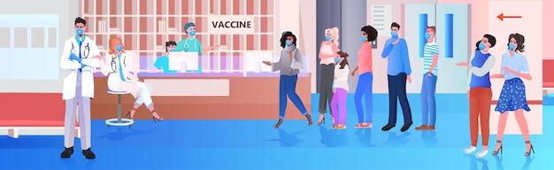 ワクチン接種待機ラインに立っている混血患者コロナウイルスワクチン注射はcovid-19と戦う