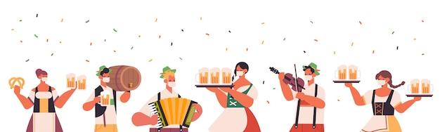 Смешанные гонки люди празднуют вечеринку октоберфест счастливые смешанные гонки люди в традиционной немецкой одежде веселятся