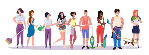 집안일 개념 남성 여성 만화 캐릭터 전체 길이 가로 배너를 함께 서있는 가사 집안일을하고 팀을 청소 혼합 인종 사람들