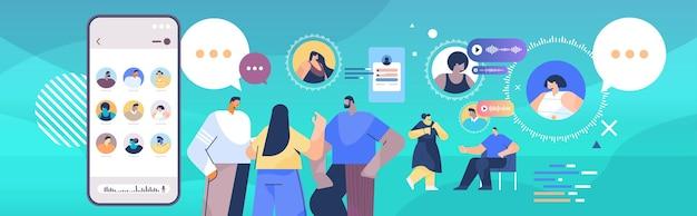 Смешанные расы люди общаются в мессенджерах с помощью голосовых сообщений приложение аудио-чата социальные сети концепция онлайн-общения горизонтальный портрет векторная иллюстрация