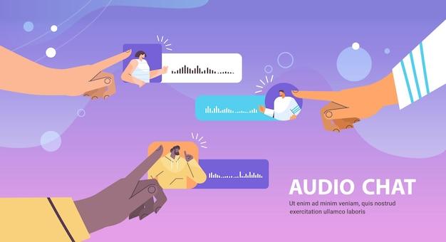 Люди смешанной расы общаются в мессенджерах с помощью голосовых сообщений приложение аудио-чата социальные сети концепция онлайн-общения горизонтальная векторная иллюстрация
