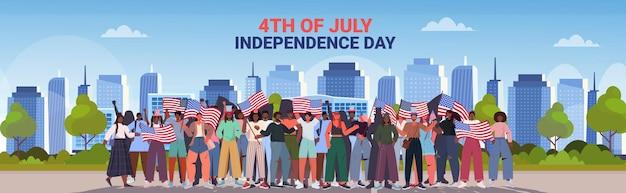 混血の人々が祝うアメリカの旗を持って群衆、7月のアメリカ独立記念日のバナーの4日
