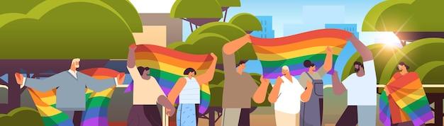 Lgbt 무지개 깃발을 들고 믹스 인종 사람들 게이 레즈비언 사랑 퍼레이드 프라이드 축제 트랜스 젠더 사랑 개념