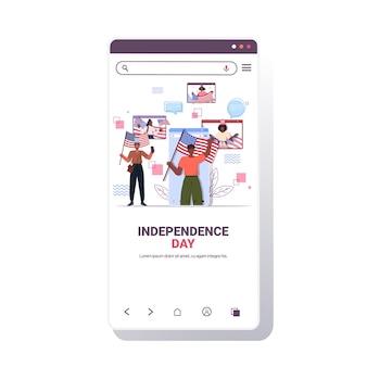 미국 국기를 들고 혼합 인종 사람들, 7 월 독립 기념일 개념 채팅 거품 온라인 커뮤니케이션 스마트 폰 화면의 4