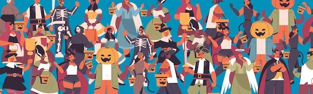 幸せなハロウィーンパーティーのコンセプトを祝うさまざまな衣装で人種を混ぜるかわいい男性女性が一緒に立っている肖像画水平ベクトル図