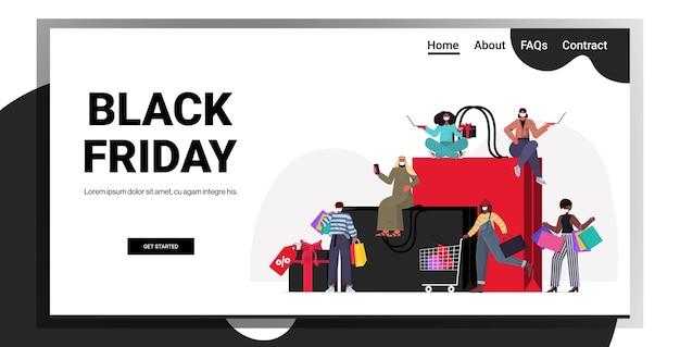 Смешать расу людей в масках с хозяйственными сумками выбор и покупка одежды черная пятница большая распродажа концепция карантина коронавируса полная длина горизонтальная копия пространства векторная иллюстрация