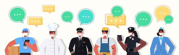혼합 인종 사람들이 함께 서있는 노동절 축하 채팅 거품 통신 개념 남성 여성 마스크 착용 코로나 바이러스 예방