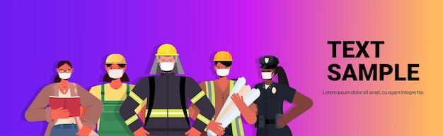 코로나 바이러스 초상화를 방지하기 위해 마스크를 쓰고 노동절 축하 개념 남성 여성이 함께 서있는 다른 직업의 인종 사람들을 혼합