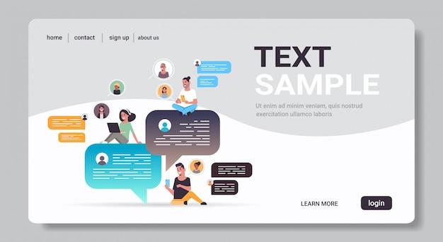 디지털 장치 소셜 네트워크 채팅 거품 통신 개념에 채팅 응용 프로그램을 사용하여 혼합 인종 사람들