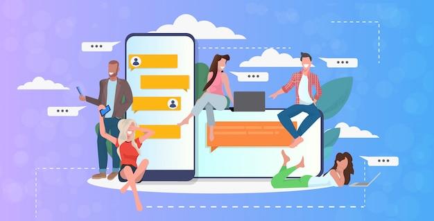 デジタルデバイスのソーシャルネットワークチャットバブル通信の概念でチャットアプリを使用してレースの人々をミックスします。