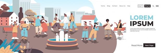 都市公園を歩いている人種混合携帯電話ゾーンデジタルデトックスコンセプト人屋外でリラックス