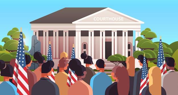 Люди смешанной расы с американскими флагами в ожидании президента-демократа возле здания суда, празднующего день инаугурации президента сша, горизонтальная векторная иллюстрация