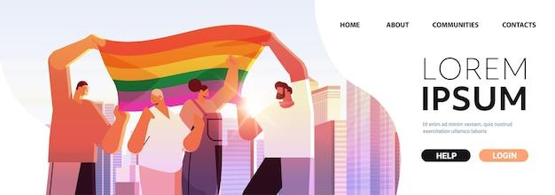 Смешанные расы люди с лгбт радужным флагом ходьба по городской улице гей лесбийский парад любви фестиваль гордости трансгендеры концепция любви городской пейзаж фон портрет копировать пространство векторная иллюстрация