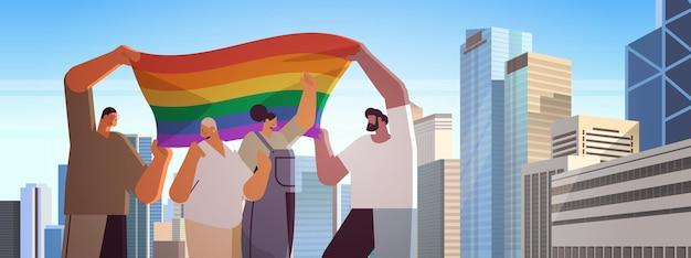 Смешанные расы люди с лгбт радужным флагом ходьба по городской улице гей лесбийский парад любви гордость фестиваль трансгендерная любовь концепция городской пейзаж фон портрет векторная иллюстрация