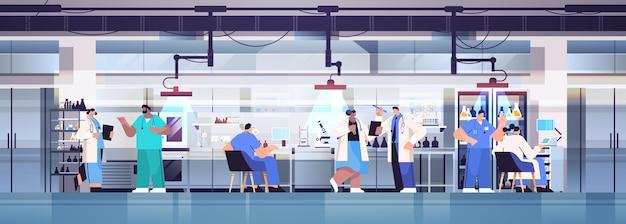 실험실에서 화학 실험을하는 실험실 연구원에서 일하는 인종 연구 과학자 팀 혼합