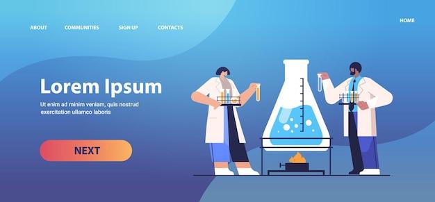 실험실에서 화학 실험을하는 테스트 튜브 연구원과 함께 일하는 인종 연구 과학자 혼합