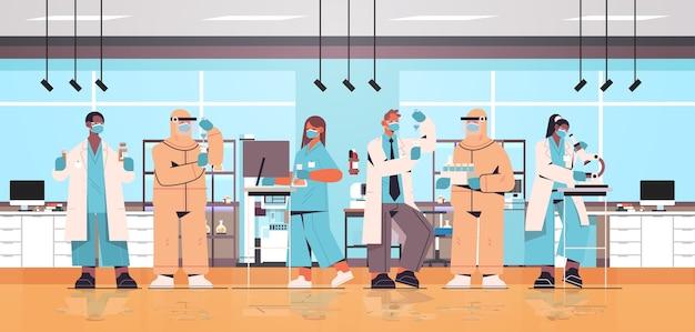 의료 실험실 백신 개발 개념 그림에서 일하는 코로나 바이러스 연구원 팀과 싸우기 위해 백신을 개발하는 인종 과학자 혼합
