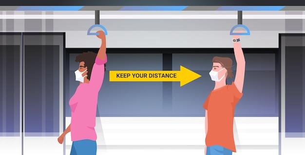 Смешайте пассажиров метро в защитных масках, соблюдая дистанцию, чтобы предотвратить коронавирус в общественном транспорте концепция социального дистанцирования горизонтальный портрет