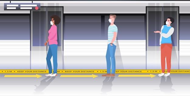 Смешайте пассажиров метро в защитных масках, соблюдая дистанцию, чтобы предотвратить коронавирус в общественном транспорте концепция социального дистанцирования горизонтальная