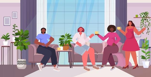 Смешанные расы женщины обсуждают во время встречи движение за расширение прав и возможностей женщин девушка сила союз феминисток концепция интерьер гостиной