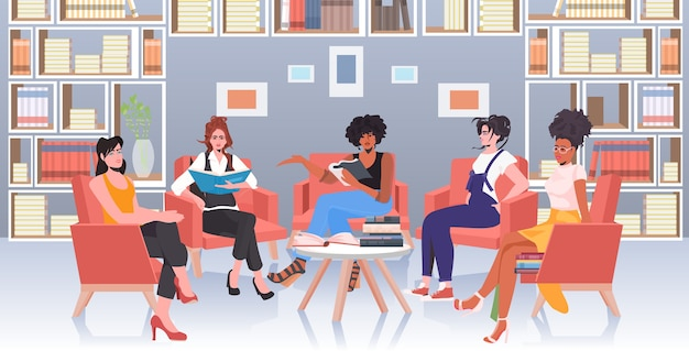Женщины смешанной расы обсуждают во время встречи в зоне конференции движение за расширение прав и возможностей женщин девушка сила концепция союза феминисток