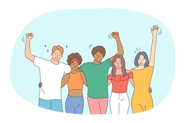 混血の友情、友人会議のコンセプト。一緒に屋外で上げられた手を楽しんで立っているさまざまな人種の十代の若者たちの幸せな笑顔の若者の友人のグループ