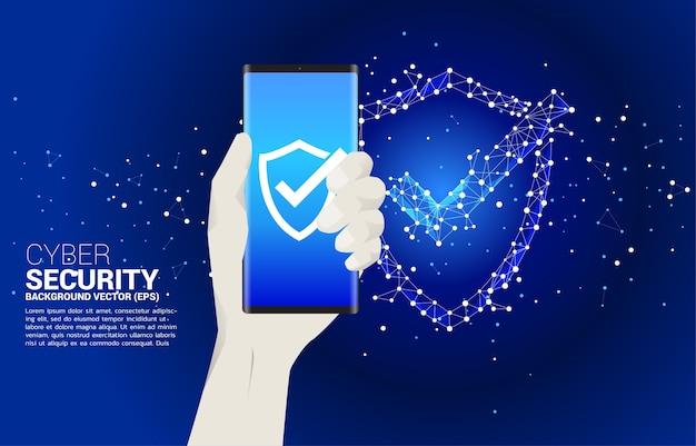 점에서 보호 방패 아이콘으로 손에 휴대 전화 연결 라인 다각형 네트워크. 경비 보안 및 안전의 개념