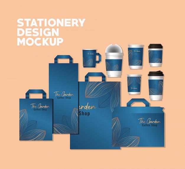 Мокап набор сумок и кружек с синим брендом и листьями