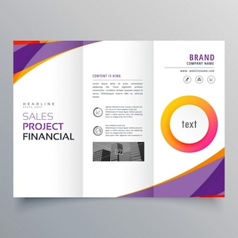 Creativo modello di brochure a tre ante con forme d'onda viola e arancio