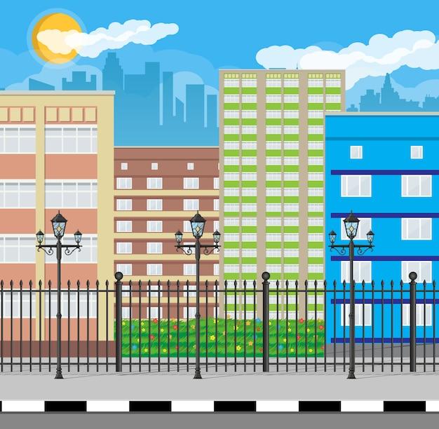 Современный вид на город. городской пейзаж с забором и лампой