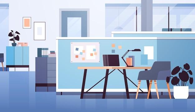 현대적인 공동 작업 공간 사무실 내부는 비어 있지 않으며 가구가 수평으로 있는 열린 공간 캐비닛 룸